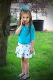 Meisje dat op de celtelefoon spreekt Stock Fotografie