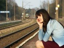 Meisje dat op de trein wacht Royalty-vrije Stock Afbeeldingen