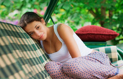 Meisje dat op een bank ligt Stock Foto