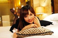 Meisje dat op een bed ligt royalty-vrije stock afbeelding