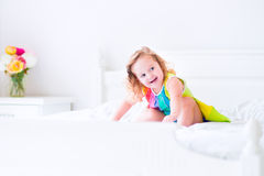 Meisje dat op een bed springt Stock Afbeelding