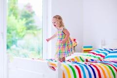 Gelukkig meisje dat op een bed springt stock afbeelding afbeelding 24609951 - Bed dat rangschikt ...