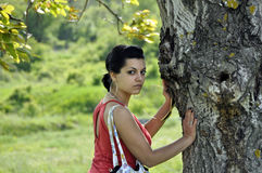 Meisje dat op een boom leunt royalty-vrije stock foto's
