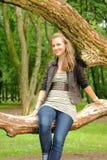 Meisje dat op een boom zwemt Stock Foto's