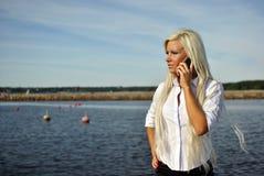 Meisje dat op een celtelefoon spreekt Stock Afbeelding