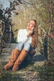 Meisje dat op een mobiele telefoon spreekt Stock Foto's