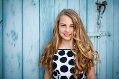 Meisje dat op een muur leunt Stock Foto