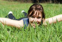 Meisje dat op gras ligt Stock Afbeelding
