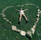 Meisje dat op gras ligt Stock Foto