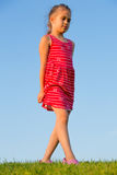 Meisje dat op gras loopt royalty-vrije stock afbeelding