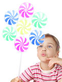 Meisje dat op grote stuk speelgoed windmolen blaast Stock Afbeelding