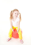 Meisje dat op gymnastiek- bal springt Stock Fotografie