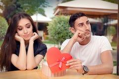 Meisje dat op Haar Valentine Gift From Boyfriend wordt teleurgesteld royalty-vrije stock afbeeldingen