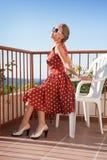 Meisje dat op het balkon rust Stock Foto's