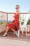 Meisje dat op het balkon rust Royalty-vrije Stock Afbeelding