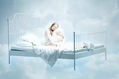 Meisje dat op het bed ligt Stock Foto