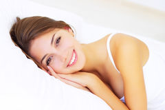Meisje dat op het bed ligt Stock Afbeeldingen