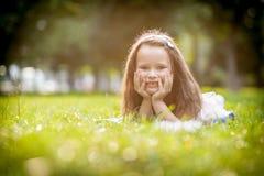 Meisje dat op het gras ligt royalty-vrije stock afbeeldingen