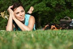 Meisje dat op het gras ligt Stock Foto