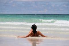 Meisje dat op het strand ligt Royalty-vrije Stock Foto's