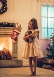 Meisje dat op Kerstmis wacht stock foto