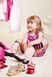 Meisje dat op laarzen probeert Stock Fotografie