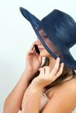 Meisje dat op mobiele telefoon spreekt Stock Afbeelding