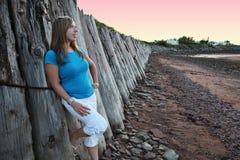 Meisje dat op Muur leunt royalty-vrije stock afbeelding