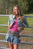 Meisje dat op Omheining leunt Royalty-vrije Stock Foto