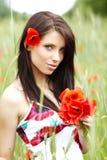 Meisje dat op papavergebied loopt Stock Foto