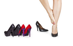 Meisje dat op schoenen probeert stock afbeeldingen