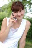 Meisje dat op telefoon spreekt Stock Afbeelding