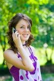 Meisje dat op telefoon spreekt Stock Foto