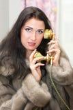 Meisje dat op telefoon thuis spreekt Stock Afbeeldingen