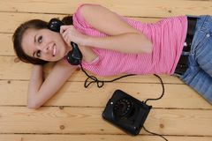 Meisje dat op telefoon thuis spreekt Royalty-vrije Stock Afbeelding
