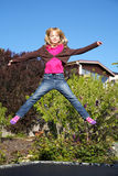 Meisje dat op trampoline springt Royalty-vrije Stock Afbeelding