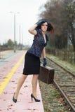 Meisje dat op trein wacht Royalty-vrije Stock Afbeeldingen
