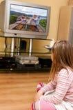 Meisje dat op TV let Royalty-vrije Stock Afbeeldingen