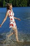 Meisje dat op water loopt Stock Foto's