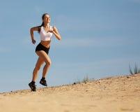 Meisje dat op zand loopt Stock Fotografie