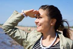 Meisje dat op zee kijkt Stock Afbeelding