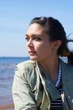 Meisje dat op zee kijkt Stock Foto's