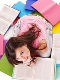Meisje dat open boek leest. stock afbeeldingen