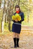 Meisje dat in openlucht in de herfst loopt stock fotografie