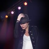 Meisje dat over de achtergrond van discolichten danst Stock Fotografie