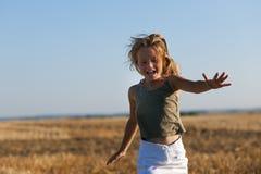 Meisje dat over een de herfstgebied loopt stock fotografie