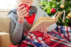 Meisje dat over giften voor Kerstmis denkt Royalty-vrije Stock Afbeelding