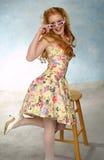Meisje dat over glazen kijkt Royalty-vrije Stock Fotografie