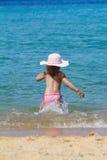 Meisje dat in overzees loopt stock foto
