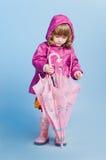 Meisje dat paraplu bekijkt Stock Afbeelding